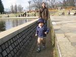 世田谷公園で走りまわる赤と護衛する夫