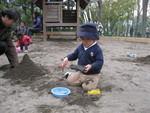 砂遊びに夢中な二人