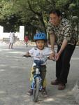 自転車の練習に励む赤