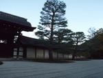 天竜寺。大方丈から見たほう法堂への門