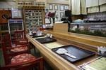 山の寿司店内