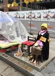 「建て替え中」の日本大使館を見つめる