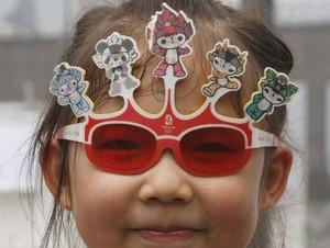 福娃付きサングラスの中国娘