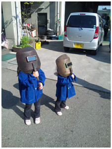 金環日食を観察する少女達
