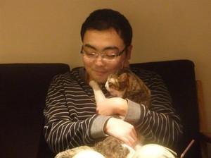 猫カフェで和む片山容疑者