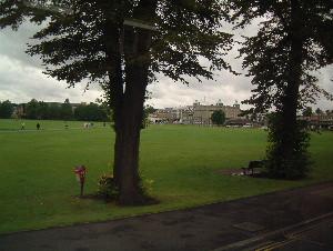 泊まったホテルとその前にある公園