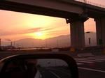 高速道したから夕日