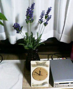 呉店 待合の時計とラベンダー造花