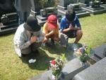 墓前の義母と息子達