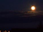 赤みを帯びた月