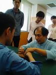 視覚障害者の参加者へ手技を伝授してい