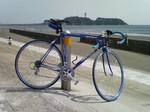 江ノ島をバックに「青い風」号