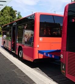 新しいバスの後ろの部分