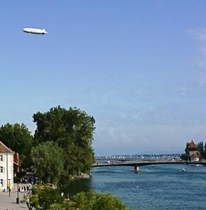 夏の好天時だけ飛ぶ飛行船