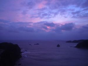 日の出と共に赤みを増した雲