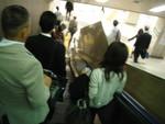 東京駅下りエスカレーターにて