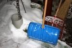 玄関に置いた、雪かき道具。(26.2.9)