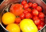男子厨房に入り、「湯むきトマト」調理